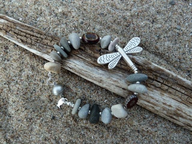 Kieselsteinarmband mit Libelle
